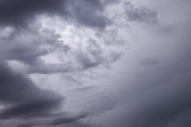 Nuages dans la nature de fond bleu ciel sombre