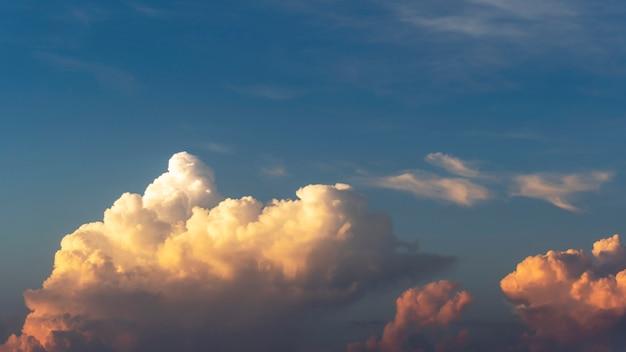 Nuages dramatiques dans le ciel du soir, belle couleur pour le fond de la nature