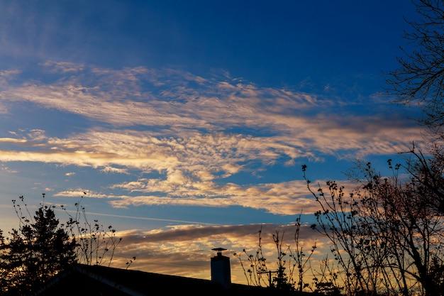 Nuages dramatiques du coucher du soleil