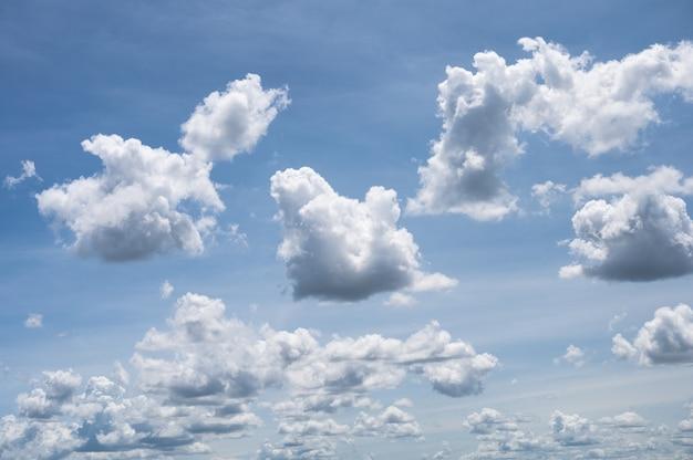 Nuages duveteux blancs dans le ciel bleu par beau temps