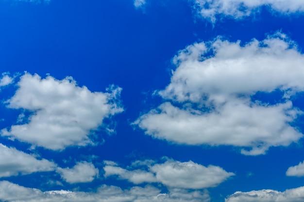Nuages duveteux blancs dans un ciel bleu profond