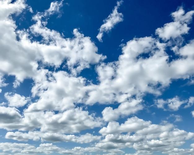 Nuages duveteux blancs dans le ciel bleu