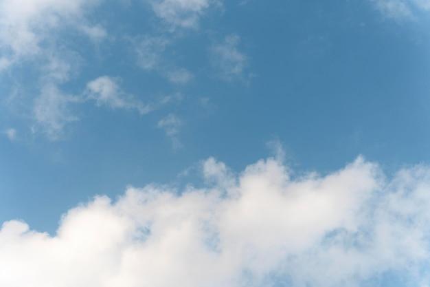 Nuages duveteux sur un ciel bleu