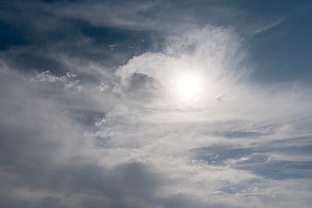 Nuages duveteux sur un ciel venteux avec soleil