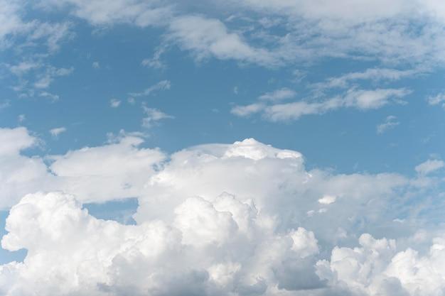 Nuages duveteux sur le ciel