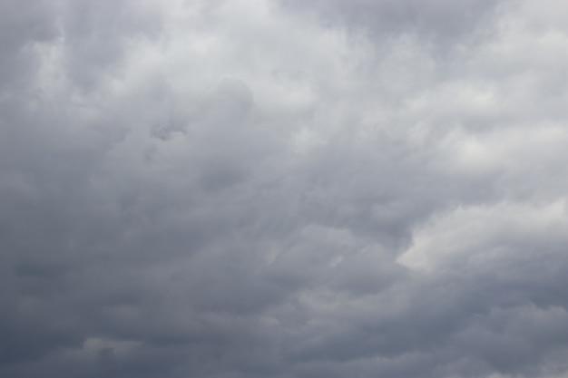 Nuages duveteux gris-blancs sur ciel bleu