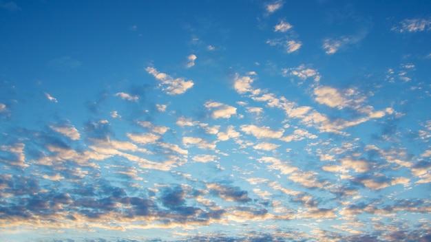 Nuages éclairés par le soleil du matin dans le ciel bleu