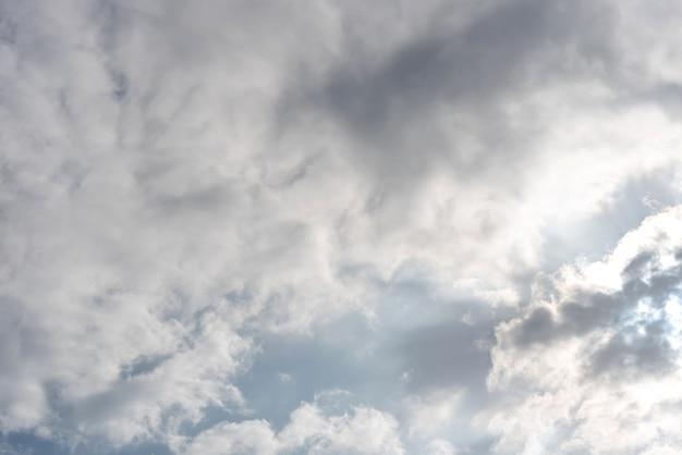 Nuages épais blancs sur ciel bleu clair, surface naturelle