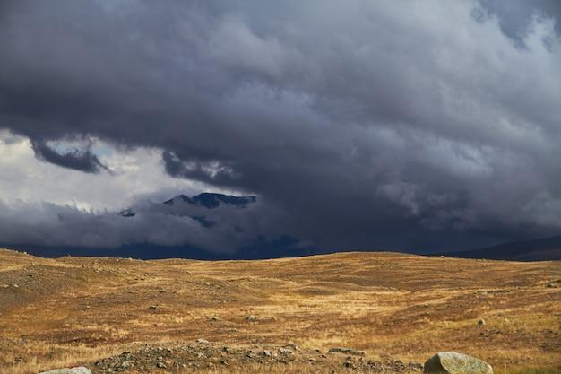 Nuages sur les espaces ouverts de la steppe, nuages d'orage sur les collines.