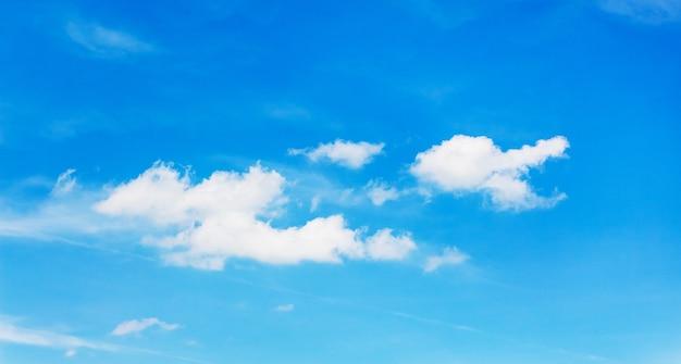 Nuages fantaisistes blancs sur le ciel bleu