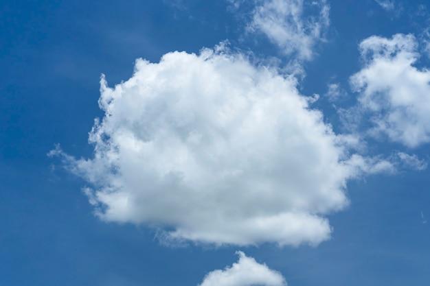 Nuages en fond de ciel bleu