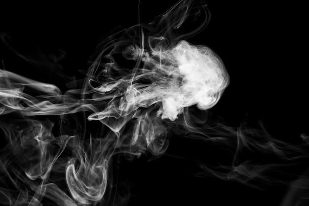 Nuages de fumée blanche sur fond noir