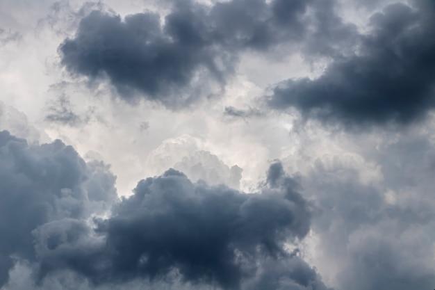Nuages gris dans le ciel avant la pluie. concept de prévisions météorologiques.