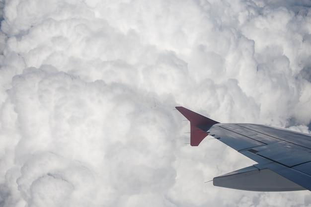 Des nuages incroyables et le ciel vu à travers la fenêtre d'un avion.