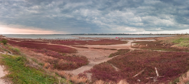 Nuages sur le lac salé près d'odessa, ukraine
