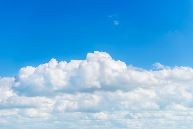 Nuages moelleux blancs sur le ciel bleu