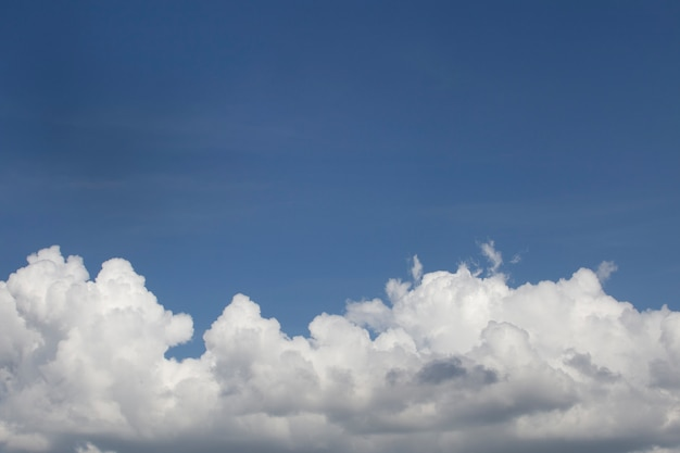 Nuages moelleux blancs dans le ciel bleu