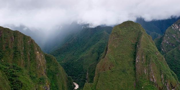 Nuages sur les montagnes de la cité perdue des incas, machu picchu, région de cuzco, pérou