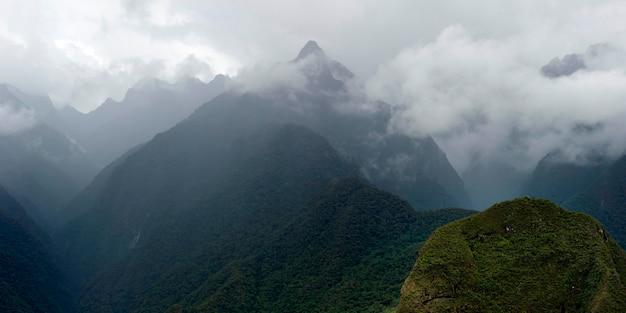 Nuages sur les montagnes, machu picchu, région de cuzco, pérou