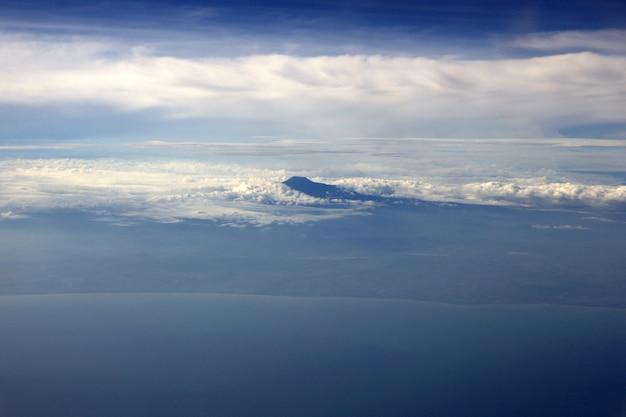 Nuages et montagnes visibles du dessus de l'avion