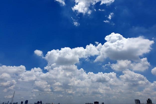 Nuages de nimbus dans le ciel au-dessus de la ville