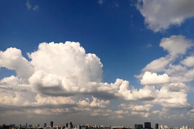 Nuages nimbus dans le ciel au-dessus de la ville