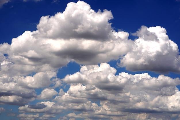 Nuages nimbus dans les fonds de ciel bleu