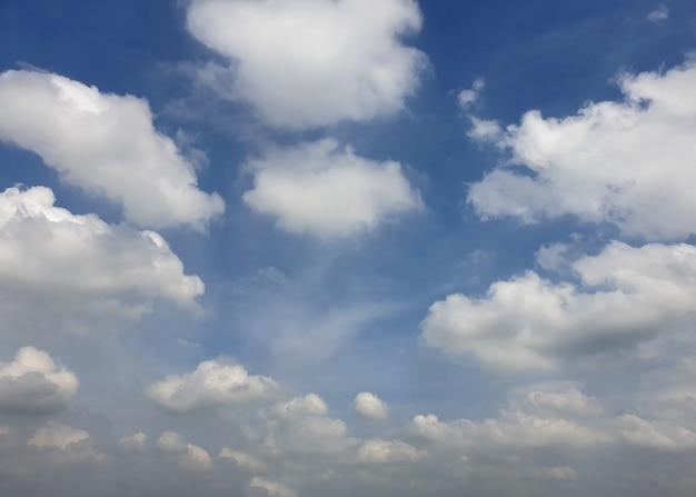 Nuages de nimbus dans les fonds de ciel