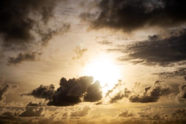 Nuages noirs au-dessus de la mer cloudscape d'orage dramatique avec de grands nuages de bâtiment ciel sombre pluvieux naturel incroyable pour l'arrière-plan de la composition de la nature.