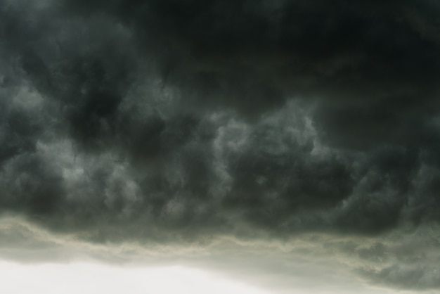 Nuages noirs dramatiques et mouvement, ciel sombre avec orage avant pluvieux