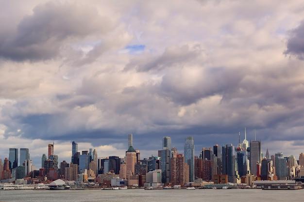 Nuages d'orage au-dessus de new york city nuages d'orage au-dessus de manhattan