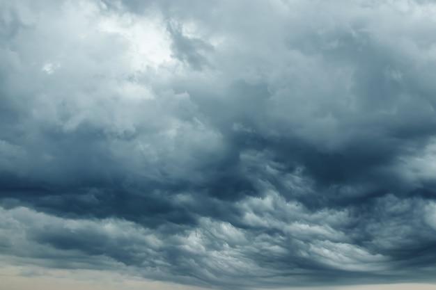 Nuages d'orage contrastant gris foncé et blanc