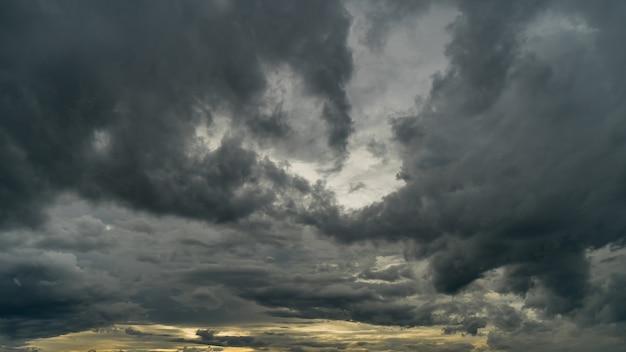 Nuages d'orage dramatiques au ciel sombre