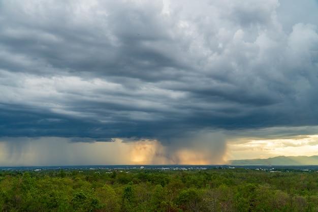 Nuages d'orage avec la pluie. nature environnement sombre énorme nuage ciel noir nuage orageux
