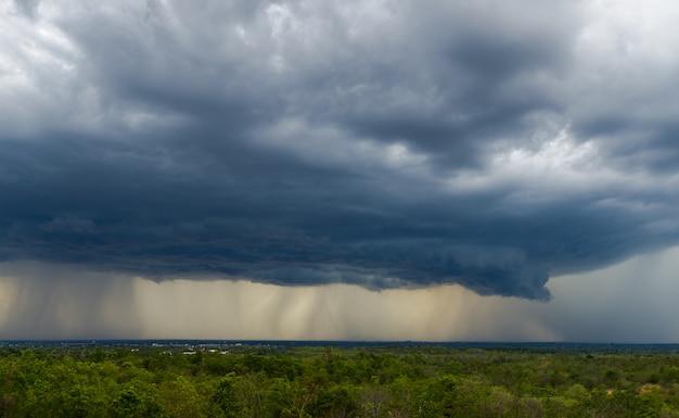 Nuages d'orage avec la pluie. nature environnement sombre énorme nuage ciel nuage orageux noir