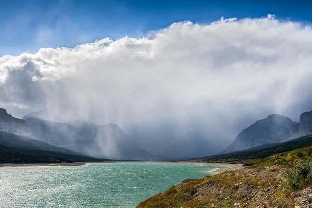Les nuages d'orage se rassemblent au-dessus du lac sherburne