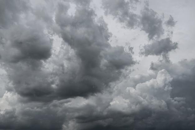Nuages d'orage sombre avant la pluie utilisés pour le climat de fond.