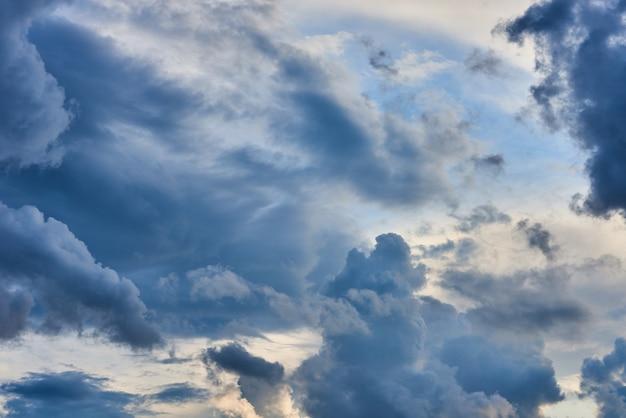 Nuages d'orage volumétriques plumeuxgris