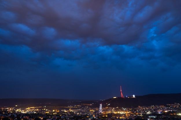 Nuages orageux au-dessus de la ville de nuit