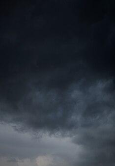 Des nuages orageux. ciel gris nuageux
