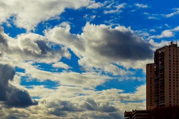 Nuages orageux dramatiques fond naturel un ciel orageux sombre