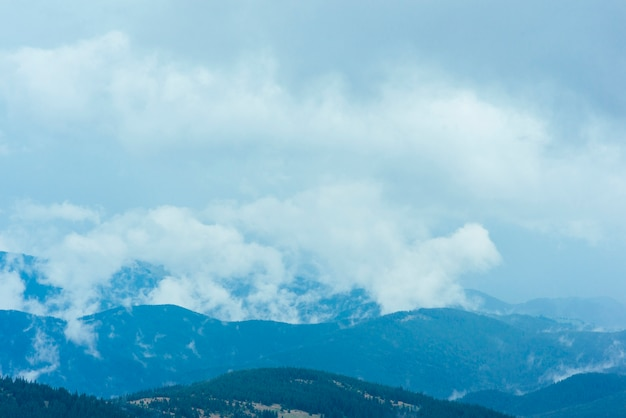 Nuages sur le paysage naturel des montagnes verdoyantes
