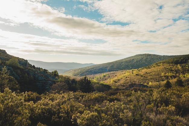 Nuages sur un paysage vallonné