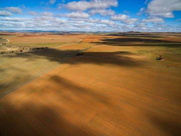 Nuages projetant de belles ombres sur des terres agricoles en australie du sud
