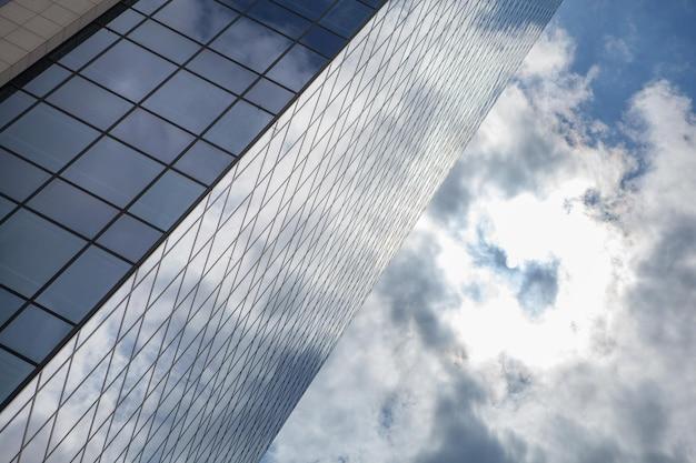 Nuages reflétés dans les fenêtres de l'immeuble de bureaux moderne