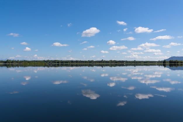 Nuages reflets des ombres dans le grand lac