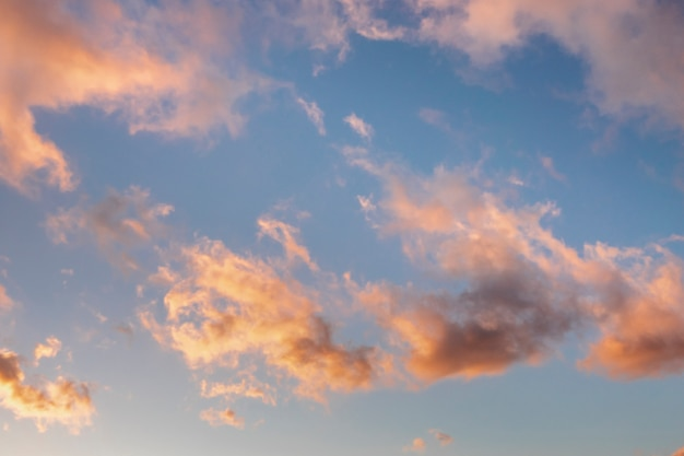 Nuages roses au coucher du soleil