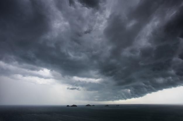 Nuages sombres avant de pleuvoir sur la mer en thaïlande