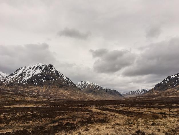 Nuages sombres et belles couleurs sur le quiraing sur l'île de skye en écosse - royaume-uni