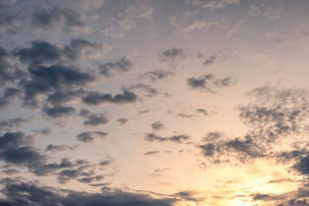Des nuages sombres s'agglomèrent dans le ciel au soir